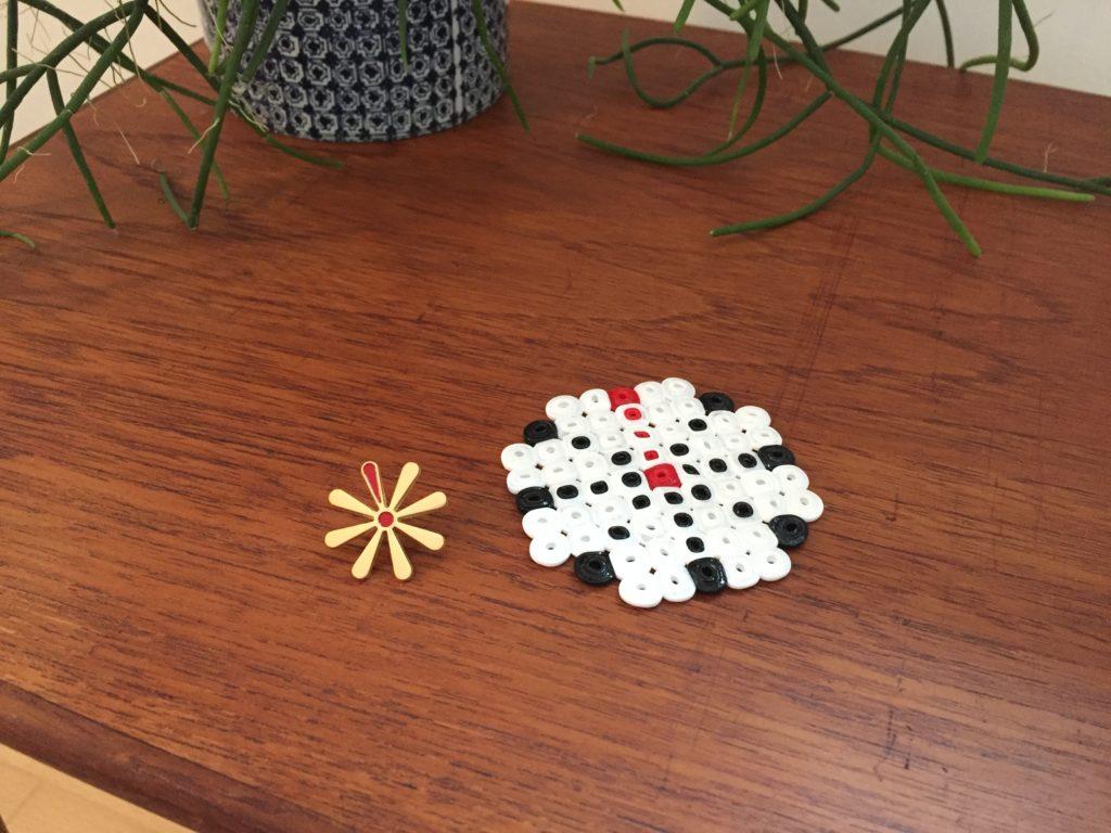 Coaster med Knækcancerblomsten - lavet med miniperler i midiperler