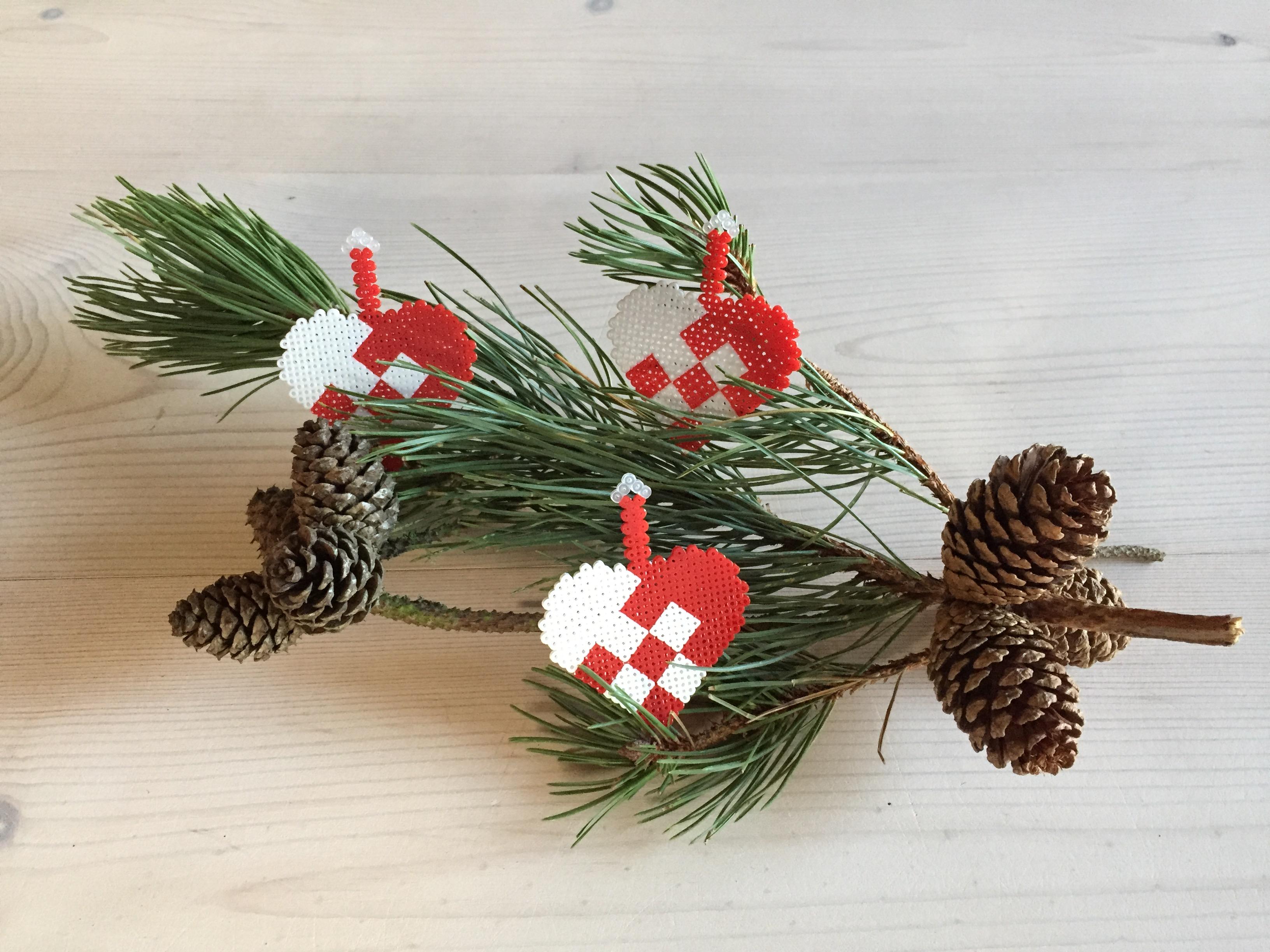 Flettede julehjerter i miniperler