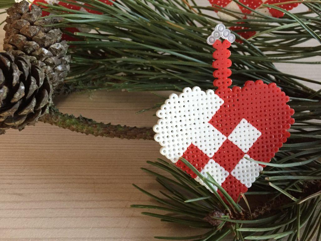 Flettet julehjerte i miniperler
