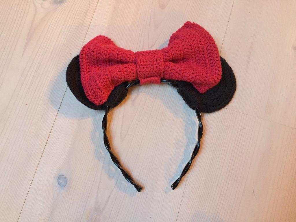 Hæklet Minnie Mouse ører og sløjfe sat fast på hårbøjle