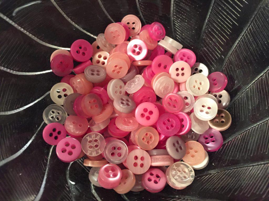De mindste knapper sorteret fra - klar til et armbånd