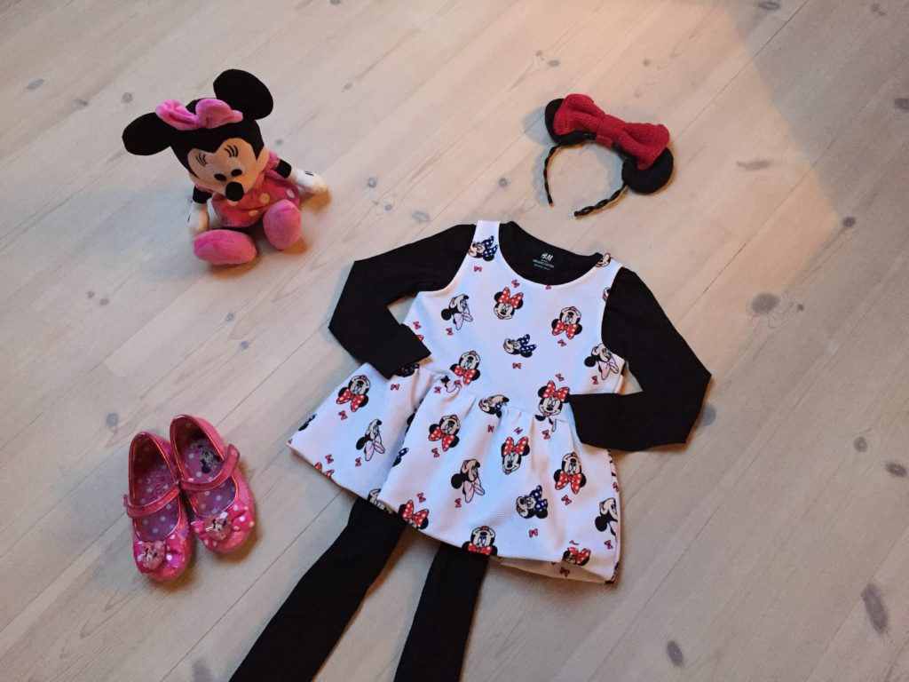 Minnie Mouse outfittet med hjemmegjort hårbøjle