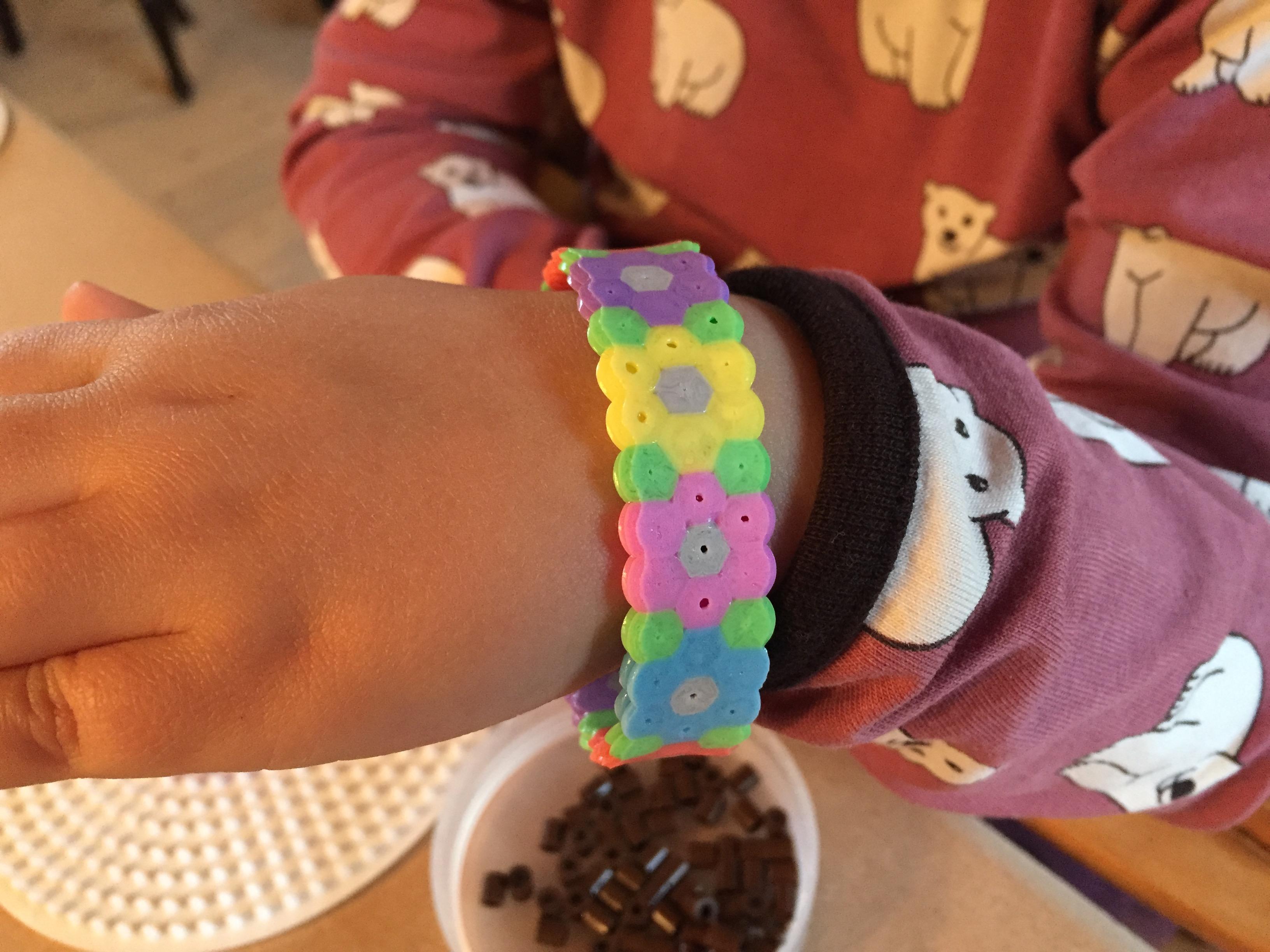 DIY: Lav søde perlearmbånd sammen med børnene