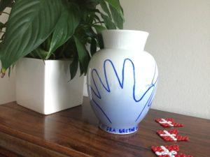 En hånd på bagsiden af Farmors personlige vase