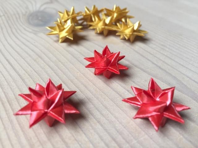Små røde flettede stjerner