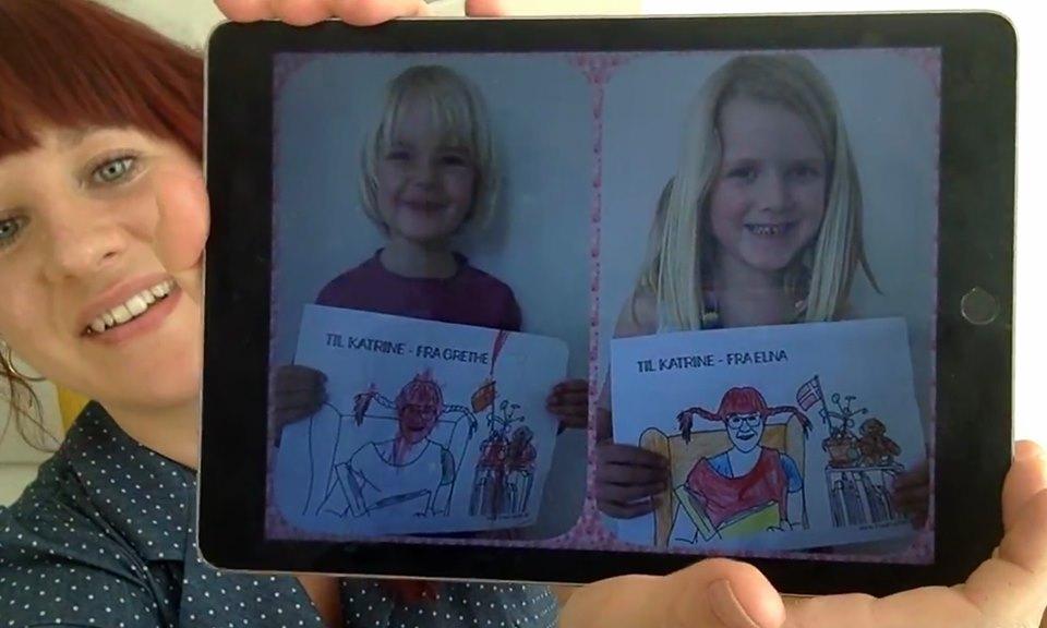 Katrine Bille viser Grethe og Elnas tegninger frem inden højtlæsningen